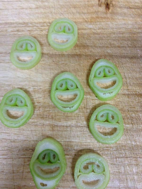 面白画像 大量の「笑」! ネギをみじん切りの最中、ふとまな板を見たら大量の笑顔(笑)food_0032