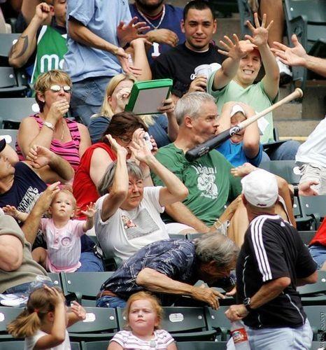 面白画像 野球の試合中に観客席に飛んできたバットの結末(笑)foreign_0021