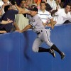 キャッチ! 野球の試合で観客席に入りそうなボールを取ろうとした選手に訪れた悲劇(笑)