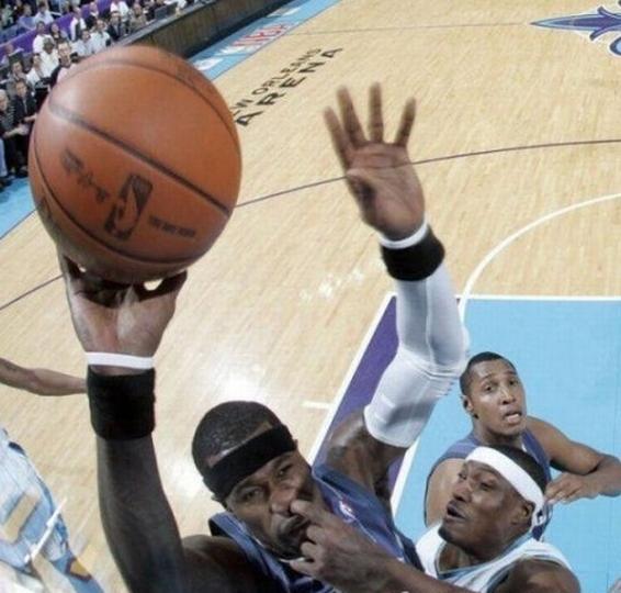 面白画像 バスケの試合中にシュートを決めようとジャンプしたらブロックされた(笑)foreign_0030