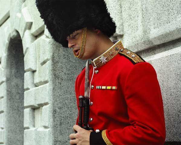 寝たらヤバい! イギリス王室を守る近衛兵が警護中にうたた寝すると(笑)foreign_0031