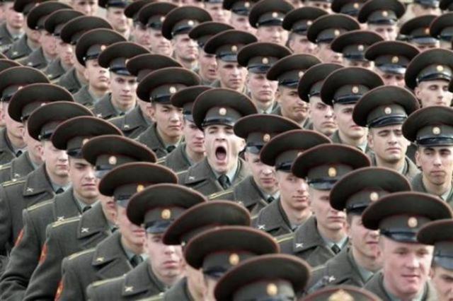 面白画像 眠い! 一糸乱れぬ軍隊の中、大あくびをしている軍人(笑)foreign_0035
