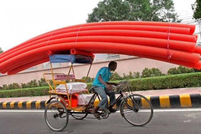 面白画像 運びきれるの? 自転車で大量のチューブを運ぼうとする必死な外国人(笑)foreign_0036