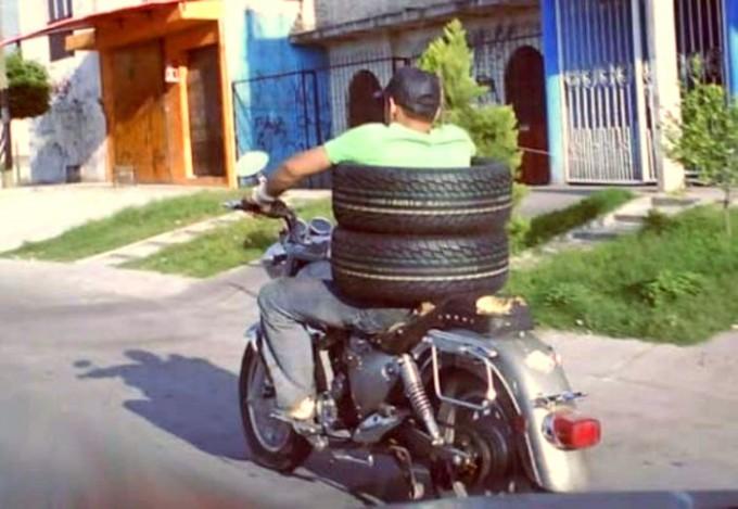 面白画像 バイクで簡単に自動車のタイヤを運ぶ斬新でシンプルな方法(笑)foreign_0037