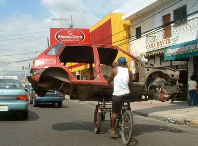 面白画像 二車線占拠! 自転車で車のフレームを軽々と運ぶ曲芸師のような外国人(笑)foreign_0038