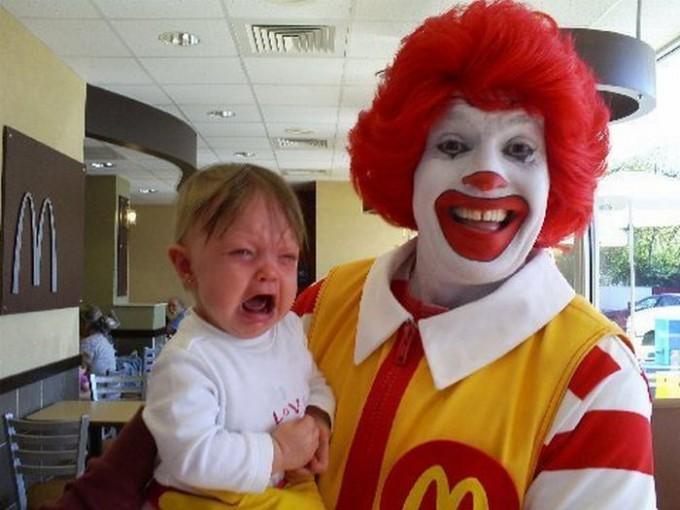 【赤ちゃんおもしろ画像】マクドナルドのドナルドが赤ちゃんを抱いたら大泣き(笑)