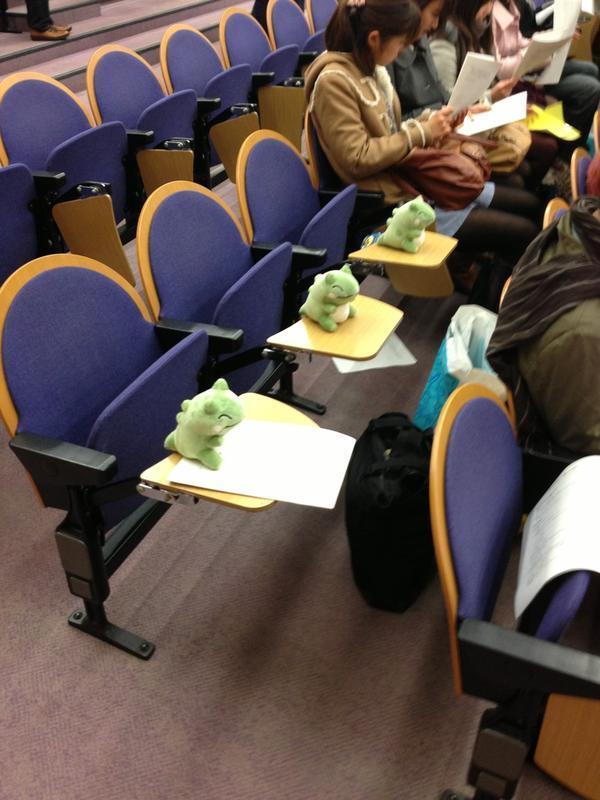 面白画像 大学のゼミ説明会をポケモンの『<cite>エルフーンのみがわりぬいぐるみ</cite>』でみがわりした学生たち(笑)kids_0020