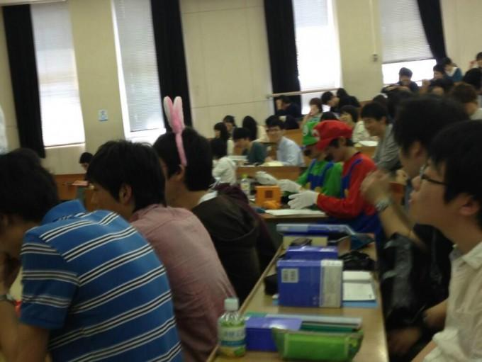 面白画像 新潟大学の講義にスーパーマリオのマリオとルイージが参加している光景(笑)kids_0024