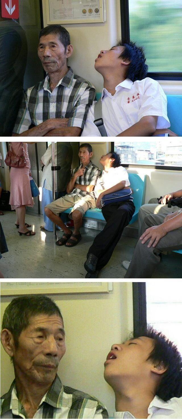電車ですごい寝相の学生に寄り掛かられてるおじさんがとったシュールな行動(笑)