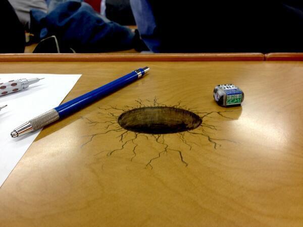 まるで本物! 机に書いた「隕石が落ちてできた穴」のような落書きのクオリティが高すぎます(笑)kids_0032