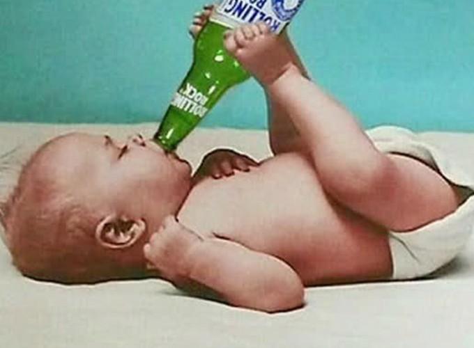 面白画像 生まれたての赤ちゃん、アメリカ産のビール『ROOLING ROCK(ローリングロック)』を足で飲む(笑)kids_0038