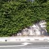 チラ! 壁に描かれた林の中から覗く『進撃の巨人』の巨人イラストが怖すぎます(笑)