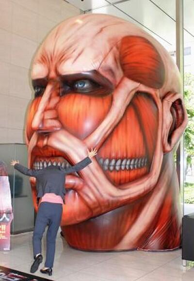 面白画像 進撃の巨人展にあった超大型巨人に頭を食べられる(笑)animanga_0051