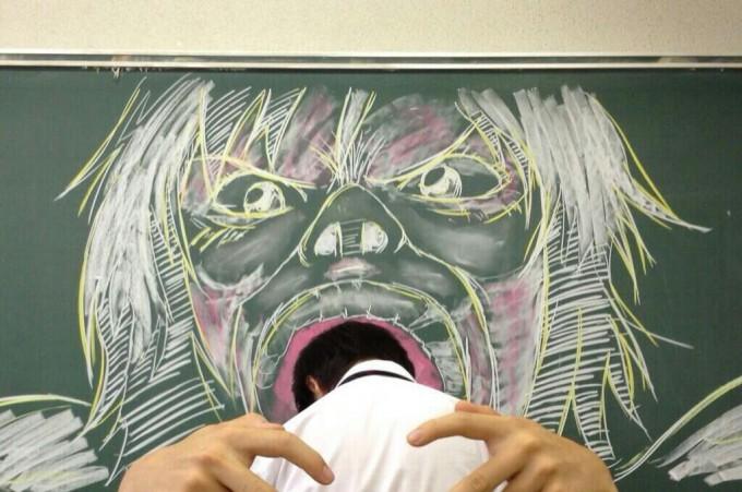 面白画像 進撃の巨人ごっこ! 黒板に描かれた巨人に喰われそう(笑)animanga_0057