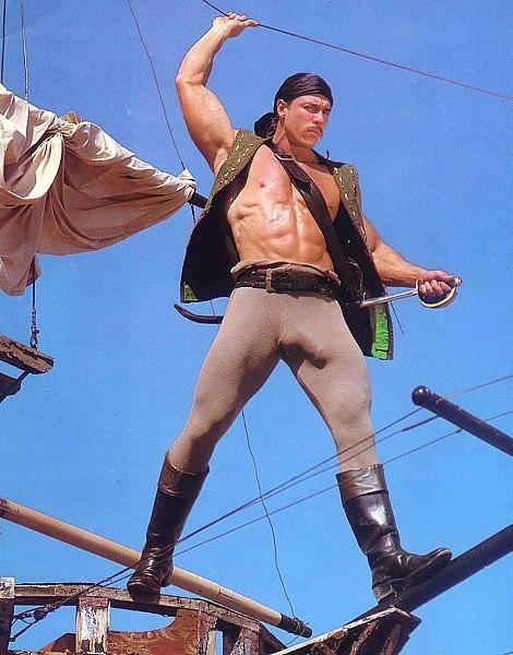 映画のワンシーン? 海賊っぽい外国人男性のアイツの向きが丸わかり(笑)