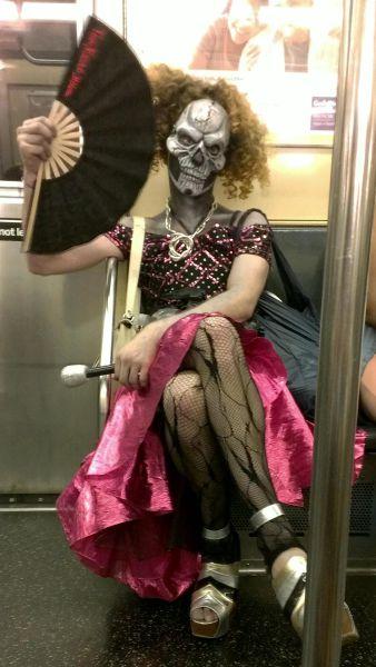 【おもしろコスプレ画像】電車で前に座っている人がこんなコスプレしていたらビビります(笑)