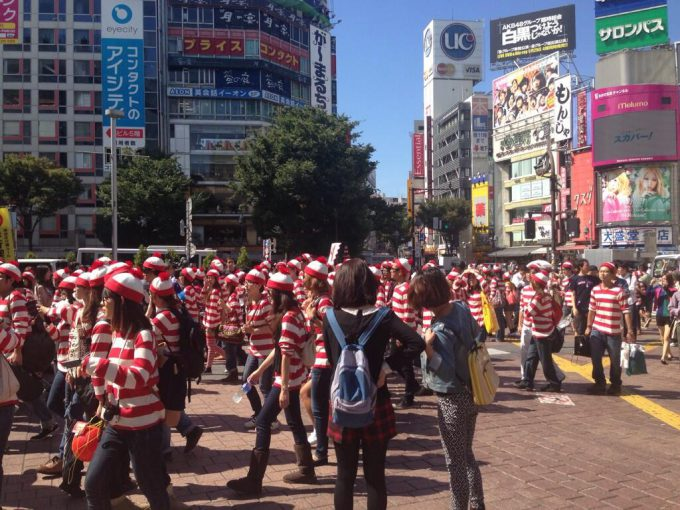 【おもしろコスプレ画像】探せ! 渋谷に大量発生したウォーリー集団が異様すぎます(笑)otacos_0035