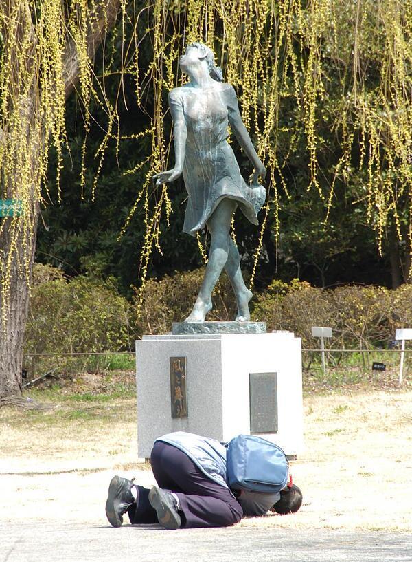 【オタクおもしろ画像】ちょっと! 大阪の鶴見緑地公園にある『風と舞う』像が気になる人(笑)