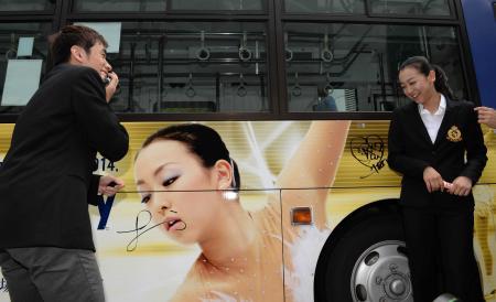 面白画像 大失態! 織田信成がNHK杯ラッピングバスにサインした場所に浅田真央も苦笑い(笑)talent_0055