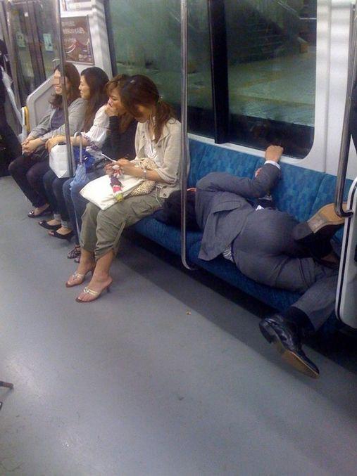 電車内で寝てるサラリーマンの体勢がすごい!