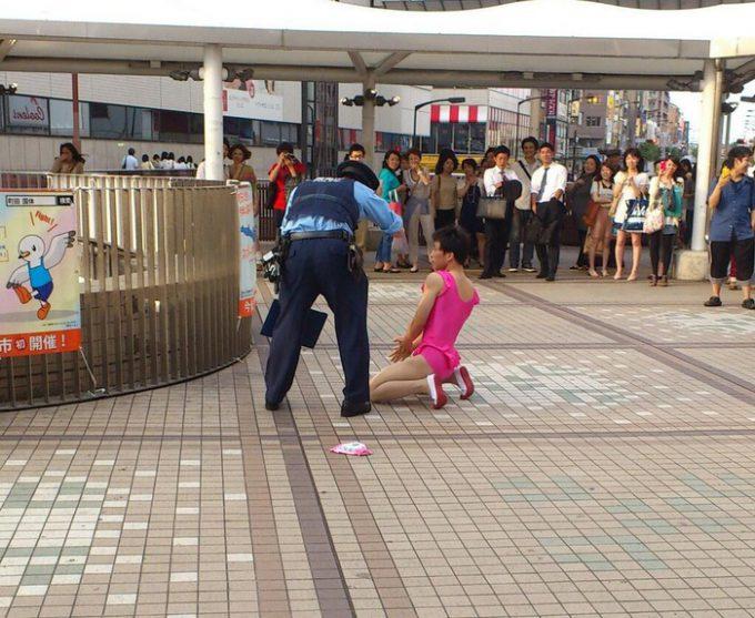 面白画像 町田駅でレオタードでパフォーマンスした男性、捕まる(笑)syame_0044