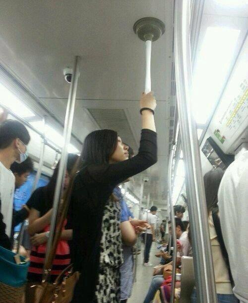面白画像 電車内で立っている女性がつかまっているつり手(笑)syame_0045