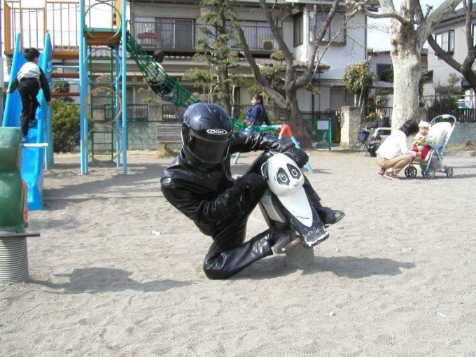 面白画像 公園のスプリング遊具でライダーごっこ(笑)syame_0050