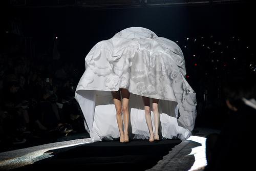おもしろファッション画像カップル専用! ファッションショーで披露された布を被るファッション(笑)beauty_0044