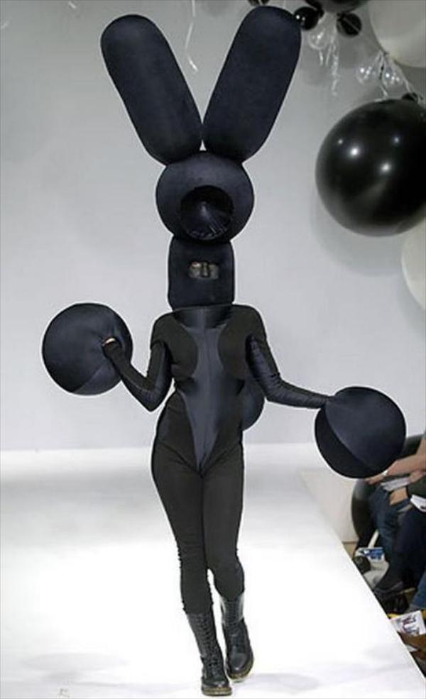 おもしろファッション画像英デザイナーのガレス・ピュー(Gareth Pugh)が2006年秋冬コレクションで発表した真っ黒バニー(笑)beauty_0049