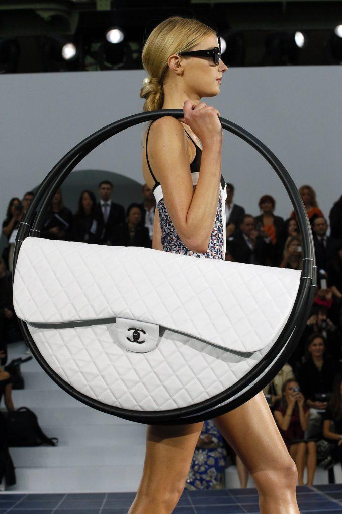 おもしろファッション画像2013春夏コレクションで発表された『シャネル』のフラフープバッグが大きすぎ(笑)beauty_0054