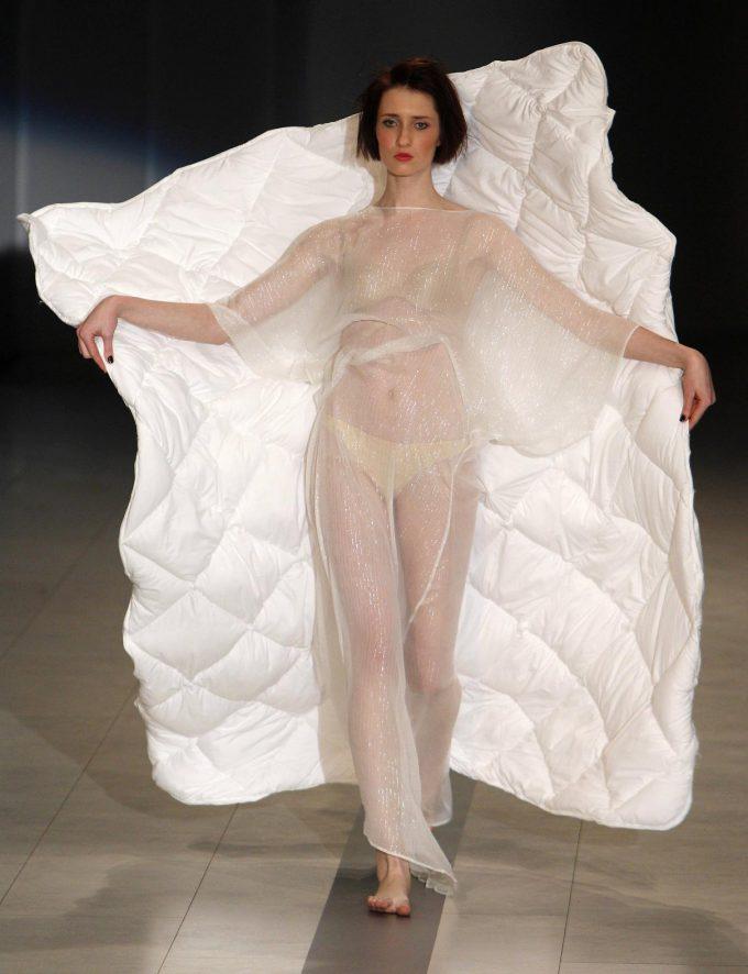 おもしろファッション画像「寝起き慌ててファッションショーに来たら布団がついてた」みたいなファッション(笑)