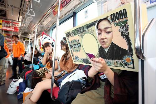 ハロウィン面白画像 この発想! 東急東横線ハロウィン仮装コンテストに出場した1万円札の仮装がリアルです(笑)helloween_0002