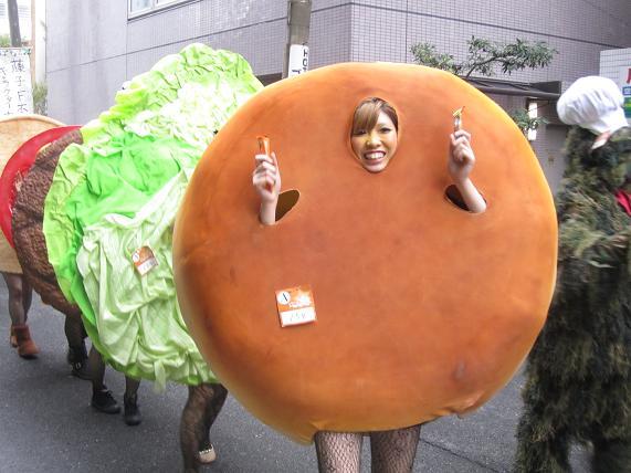 【川崎ハロウィンおもしろ仮装画像】 川崎のハロウィン仮装コンテストで優勝したハンバーガーの仮装(笑)helloween_0007_01