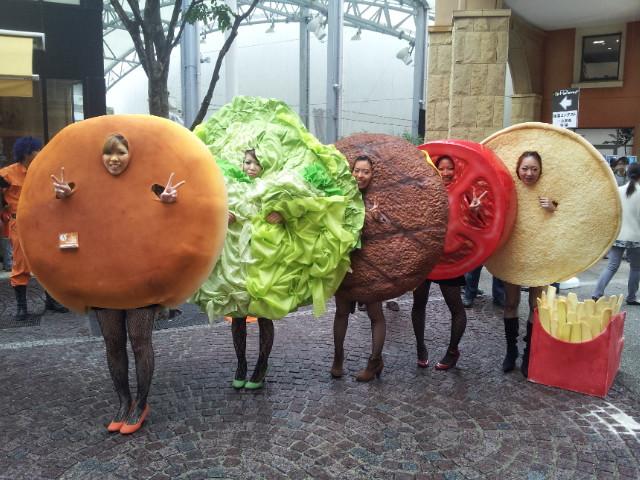 【川崎ハロウィンおもしろ仮装画像】川崎のハロウィン仮装コンテストで優勝したハンバーガーの仮装(笑)helloween_0007_02
