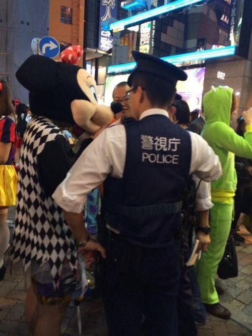 ハロウィン面白画像 ちょっと君! 渋谷のハロウィンであの夢の国人気キャラが職務質問されてます(笑)helloween_0013