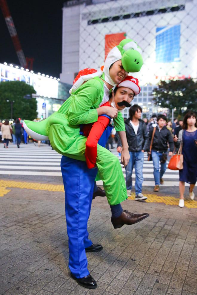 【渋谷ハロウィンおもしろ仮装画像】渋谷のスクランブル交差点で見かけたマリオとヨッシーの仮装になんか違和感(笑)helloween_0015