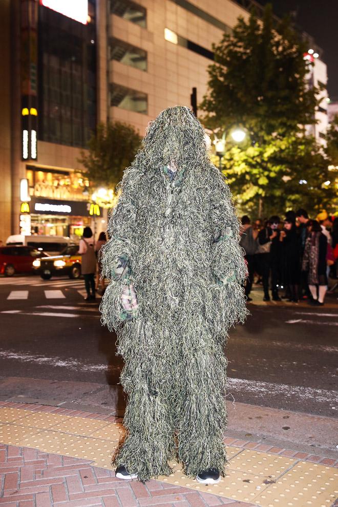 ハロウィン面白画像 草? 森に入ったら同化しそうな草もじゃもじゃ仮装を渋谷のハロウィンで発見(笑)helloween_0020