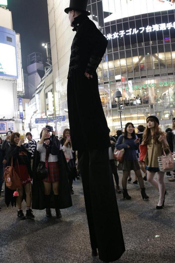 ハロウィン面白画像 でか! 普通の人の身長の2倍はあるであろうハロウィン仮装が2014渋谷に登場(笑)helloween_0025_01