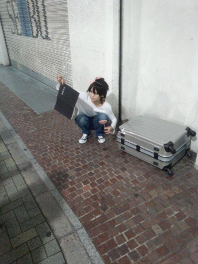 【渋谷ハロウィンおもしろ仮装画像】西武渋谷の前でデスノートを観察する『DEATH NOTE』のL(エル)(笑)helloween_0037