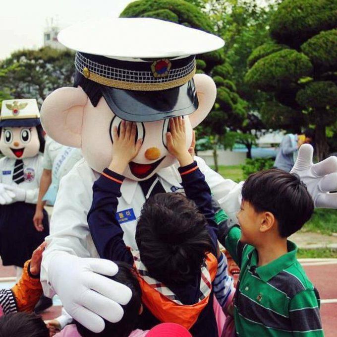 面白画像 子供たちにイタズラをされるソウル警察庁のゆるキャラ「ポドリ君」(笑)chara_0048