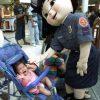 ギャアア! 警察の着ぐるみが怖すぎて泣き叫ぶ赤ちゃん(笑)