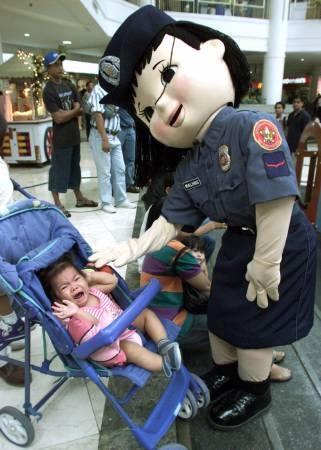 【赤ちゃんおもしろ画像】警察の着ぐるみが怖すぎて泣き叫ぶ赤ちゃん(笑)