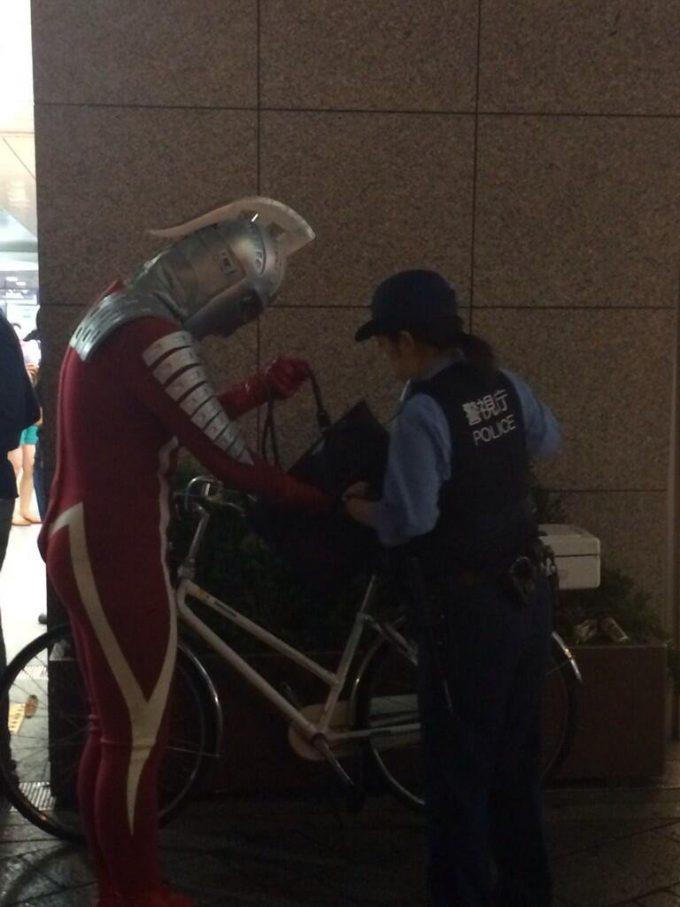 【警察の職質ウルトラセブンおもしろ画像】警察の職質を受ける秋葉原に現れたウルトラセブン(笑)