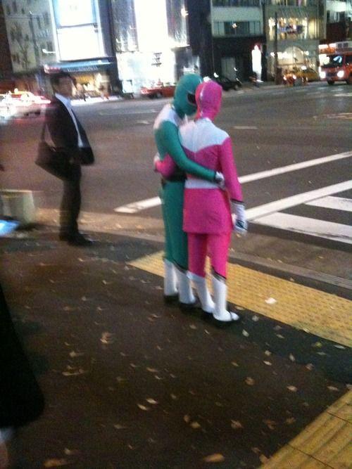 秘密! 夜の街でこっそり恋愛をする緑レンジャーとピンクレンジャー(笑)