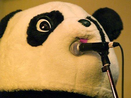 面白画像 マイクにぶつかってるギターパンダ(笑)chara_0060