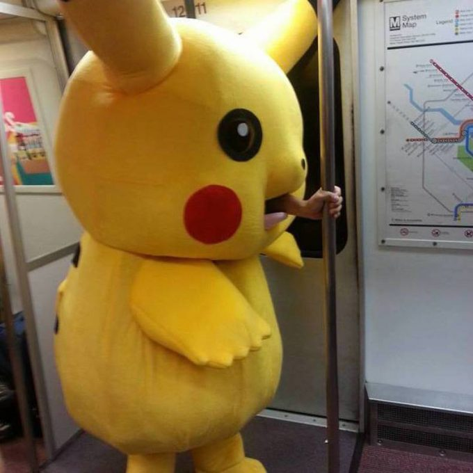 【海外ハロウィンおもしろ仮装画像】アメリカハロウィンの地下鉄で目撃されたピカチュウがショッキング(笑)chara_0062