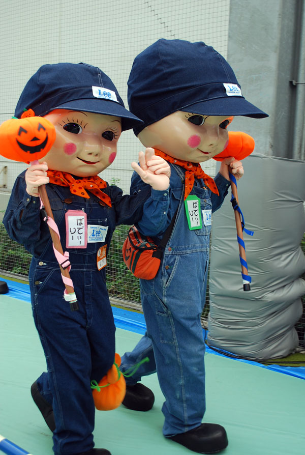 【川崎ハロウィンおもしろ仮装画像】お店の前に置いてありそうな人形の仮装が川崎ハロウィン2013に登場(笑)helloween_0049