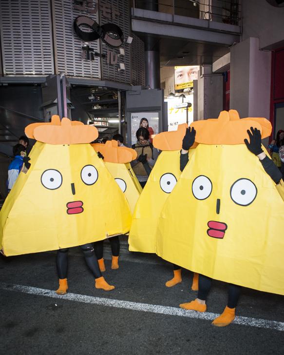 面白画像 2015年渋谷ハロウィンへ向かうため、駅のホームで待つポリンキー集団(笑)helloween_0073_01