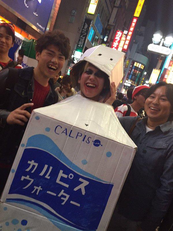 面白画像 渋谷ハロウィンでカルピスウォーターの仮装をする外国人の衣装の手作り感(笑)helloween_0074