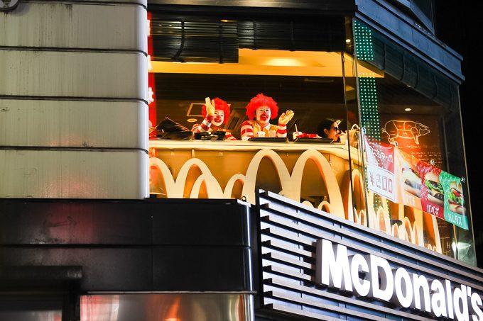 面白画像 食べてる場合ですか! ハロウィン渋谷のマクドナルドでご飯を食べるドナルド(笑)helloween_0078